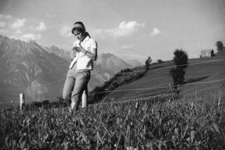 193714_Frau auf Bergwiese