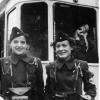 Zwei Schaffnerinnen in Uniform