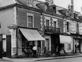 Nr. 191048_Häuserzeile mit Läden