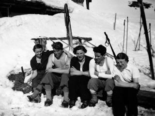 Nr. 191348  Vor der Skihütte