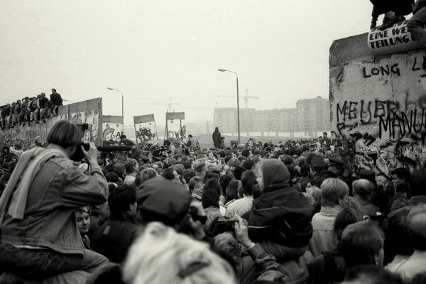 Die Berliner Mauer am Potsdamer Platz wird geöffnet.