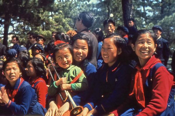 Frauen und eine Mutter mit einem Mädchen mit Trompete in einem Park in Pjöngjang in Nordkorea.