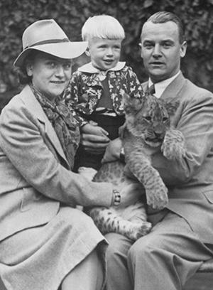 Familie mit Löwenbaby, 1941