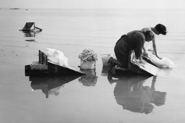 Frauen beim Waschen der Wäsche im Gardasee, 1962