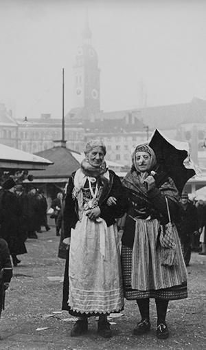 Timeline h 00214442 Marktfrauen auf dem Viktualienmarkt, 1953