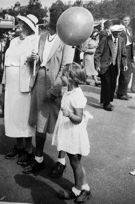 Ein Besuch auf dem Oktoberfest in München im Spätsommer 1949. Betrachten einer Attraktion.