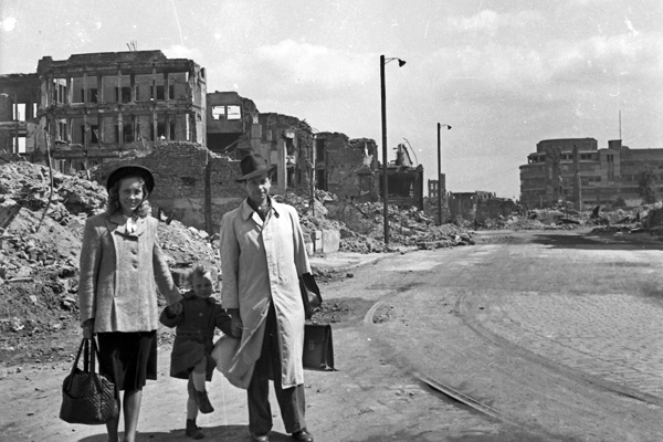 Familie im zerstörten München, 1940er Jahre