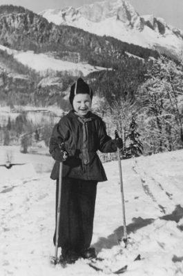 Eine 6-jährige Skifahrerin während des Weihnachtsurlaubs vor dem Untersberg bei Berchtesgaden.