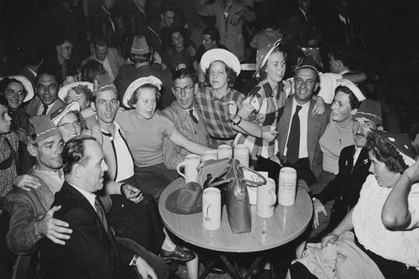 Gäste auf dem Oktoberfest in München, 1949