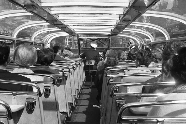 Touristen in Grachtenboot in Amsterdam, 1966