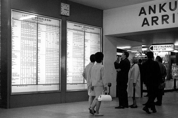 Mann am Flughafen in Düsseldorf, 1966