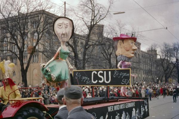 Faschingswagen wahrscheinlich mit den Pappmachefiguren von Hanns Seidel (CSU) und Wilhelm Hoegner (SPD).