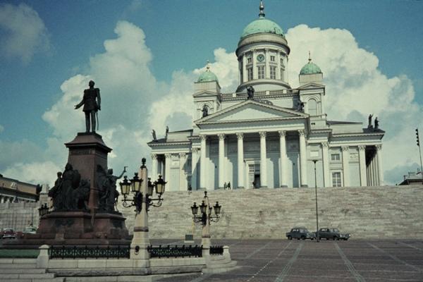 Das Standbild von Alexander II. vor der Großkirche von Helsinki.