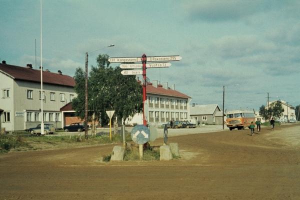 Ein Bus hinter einem Wegweiser im Zentrum des Ortes Ivalo.