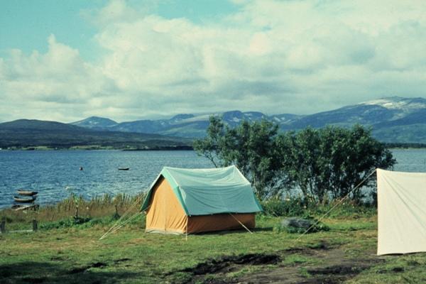 Zelte auf einem Campingplatz an der Meerenge Sandnessundet.