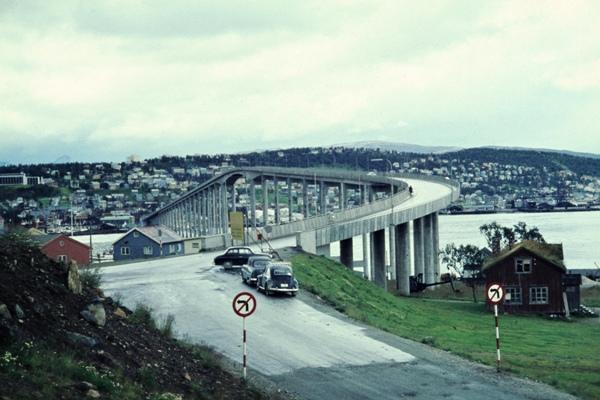 Blick vom Festland über die Straßenbrücke auf die Stadt Tromsö.