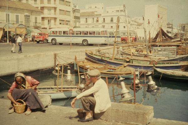 Eine altes Ehepaar vor Booten im Hafen von Fuengirola.