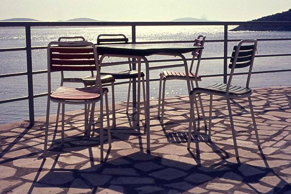 Stühle vor den Palenkiinseln in Hvar.