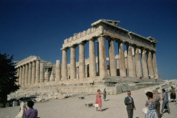 Touristen besichtigen die Südseite des Parthenon der Akropolis in Athen.