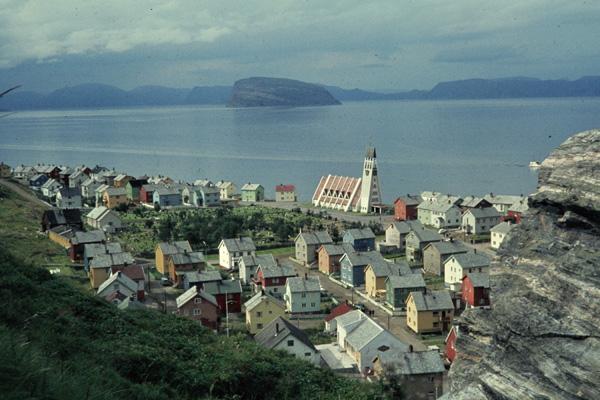 Blick vom 80 m hohen Berg Salen auf den Ort Hammerfest mit der Kirche St. Michael im Hintergrund.