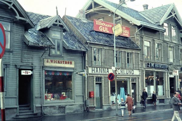 Geschäfte in den alten Holzhäusern der Storgata in Tromsö.