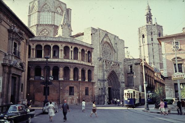 Eine Straßenbahn fährt vorbei an der Kathedrale von Valencia.