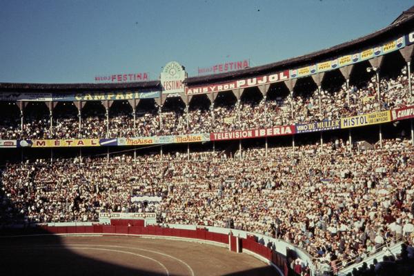 Ein großes Publikum während eines Stierkampfes (corrida te toros) in einer Arena in Barcelona.