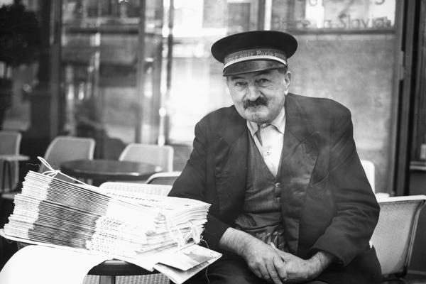 Ein Verkäufer der 'France Soir' in Paris.