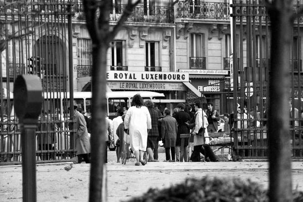 Menschen und das Hotel Le Royal Luxembourg am Jardin du Luxembourg in Paris.