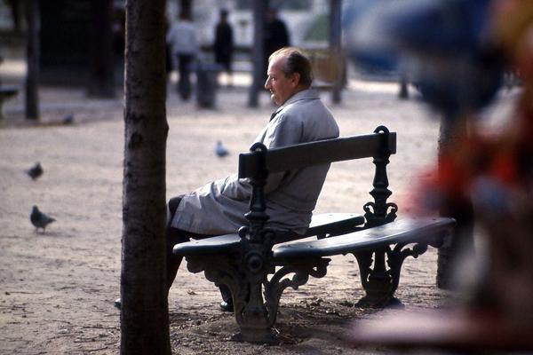 Ein Mann auf einer Bank im Jardin du Luxembourg in Paris.