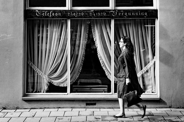 Amsterdam: Bild zeigt Frau mit Handtasche gehend vor einem Fenster (Telefoon ... Vergunning).
