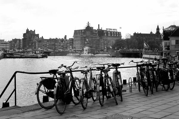 Amsterdam: Bild zeigt Hallandfahrräder, Boote und Gebäude (Victoria Hotel).