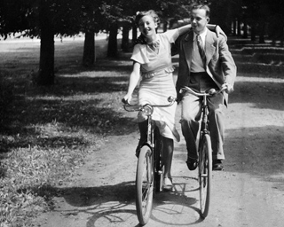 192561_Paerchen beim Fahrrad fahren