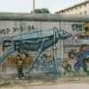 Nr. 195141_Junge vor Mauer