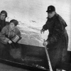Boot des Zolls evakuiert Bewohner auf der überfluteten Bundesstraße 12