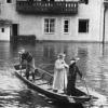 Ein Arzt wird in einem Boot durch die überfluteten Straßen Passaus gerudert
