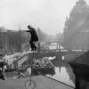 Fred Bradford auf einem Einrad vor dem Berliner Dom, undatiert (209843)