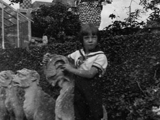 Nr. 191023_Kind mit Skulptur