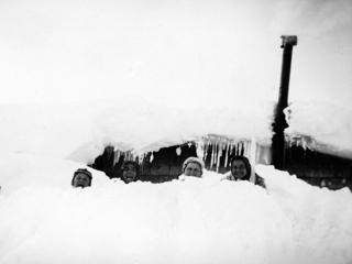 Nr. 191333 Vor der Skihütte