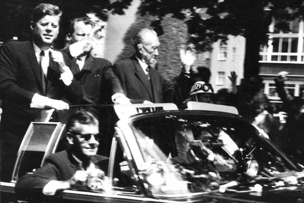 John Fitzgerald Kennedy (links), Willy Brandt (mitte) und Konrad Hermann Joseph Adenauer (rechts) in Kennedys Auto auf der Fahrt durch Berlin.