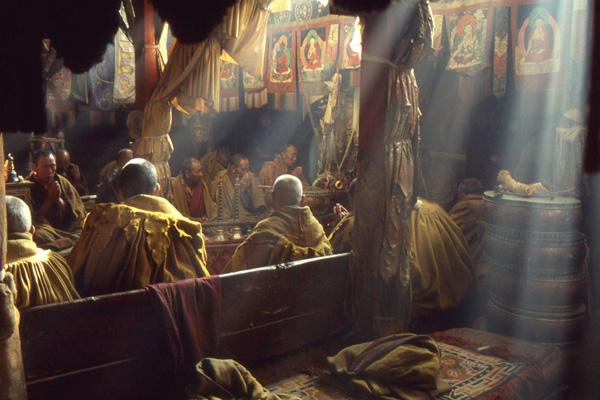Betende Mönche im Kloster Trashilhünpo in Shigatse in Tibet.