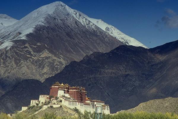 Der Potala-Palast in Lhasa in Tibet (Ehemaliger Regierungssitz der Dalai Lamas). Im Hintergrund Berge.