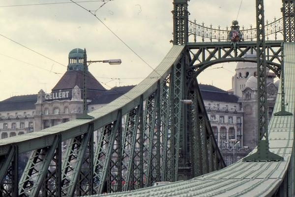 Die Freiheitsbrücke und das Hotel Gellert in Budapest.