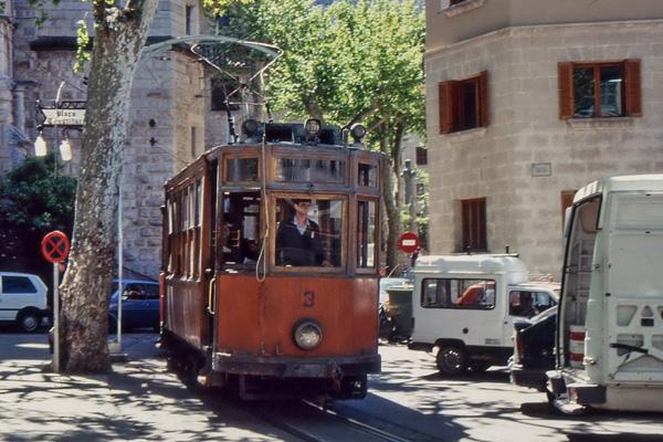 Straßenbahn aus Holz und links im Bild ein Schild mit der Aufschrift 'Placa Constitutio' in Soller auf Mallorca (undatierte Aufnahme).