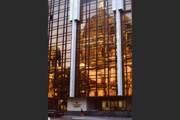 Berliner Dom gespiegelt in der Fassade des Palasts der Republik