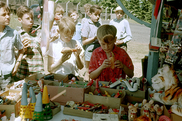 Kinder am Kiosk.