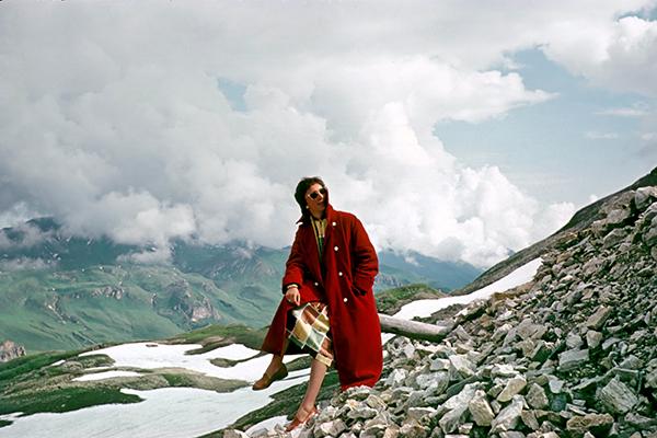 Frau vor Bergpanorama am Großglockner.