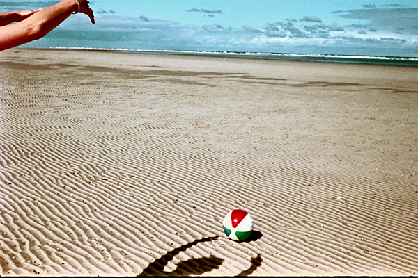 Schattenspiel mit Ball am Strand der Ostsee.