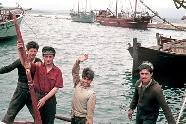 Fischer im Hafen in Griechenland.