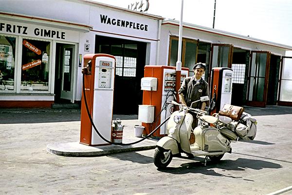 Tankwart betankt Motorroller
